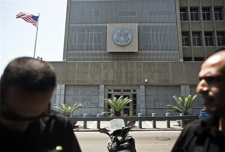 Security personnel for the U.S. embassy stand in front of the embassy in Tel Aviv August 2, 2013. REUTERS/Nir Elias