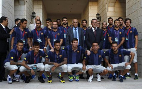 Barcelona President Sandro Rosell (centre R), Palestinian Football Association President Jibril Rajoub (C) and Barcelona soccer players pose