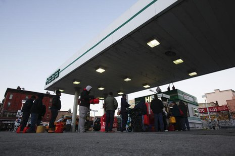 Customers wait in line at a Hess fueling station in Brooklyn, New York, November 9, 2012.. REUTERS/Brendan McDermid