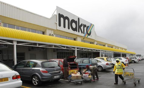 Shoppers load their goods into a car outside a Makro branch of South African retailer Massmart in Cape Town May 31, 2011. REUTERS/Mike Hutch