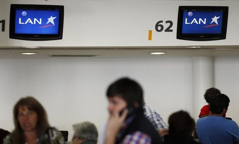 Passengers are seen at the LAN airlines check-in counters inside Buenos Aires' Aeroparque metropolitan airport, August 21, 2013. REUTERS/Mar