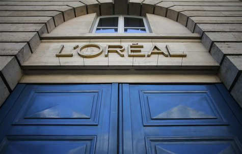 A logo is seen over the entrance of Cosmetics company L'Oreal building in Paris, August 16, 2013. REUTERS/Christian Hartmann