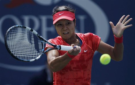 Li Na of China hits a return to Laura Robson of Britain at the U.S. Open tennis championships in New York August 30, 2013. REUTERS/Eduardo M