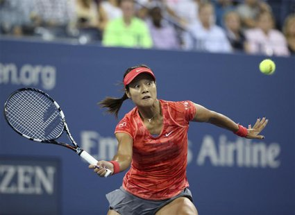 Li Na of China chases down a forehand to Jelena Jankovic of Serbia at the U.S. Open tennis championships in New York, September 1, 2013. REU