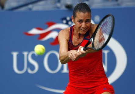Flavia Pennetta of Italy returns to Simona Halep of Romania at the U.S. Open tennis championships in New York September 2, 2013. REUTERS/Edu