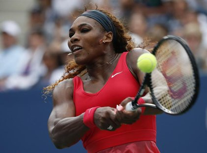 Serena Williams of the U.S. returns to compatriot Sloane Stephens at the U.S. Open tennis championships in New York September 1, 2013. REUTE