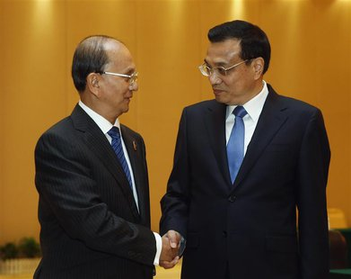 Chinese Premier Li Keqiang (R) shakes hands with Myanmar's President Thein Sein ahead of the 10th China-ASEAN Expo in Nanning, Guangxi Zhuan