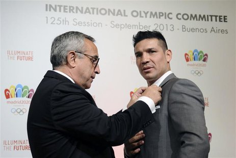 Alejandro Blanco (L), President of Madrid 2020 Committee and the Spanish Olympic Committee, gives a pin to World Boxing Council (WBC) middle