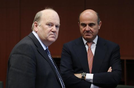 Ireland's Finance Minister Michael Noonan and Spain's Economy Minister Luis de Guindos (R) attend an euro zone finance ministers meeting in