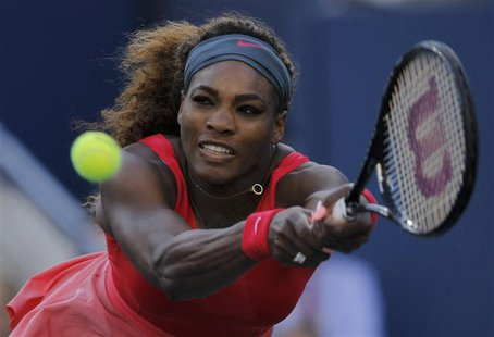 Serena Williams of the U.S. hits a return to Li Na of China at the U.S. Open tennis championships in New York September 6, 2013. REUTERS/Edu