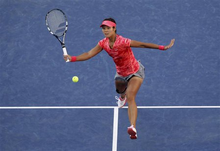 Li Na of China returns to Serena Williams of the U.S. at the U.S. Open tennis championships in New York September 6, 2013. REUTERS/Shannon S