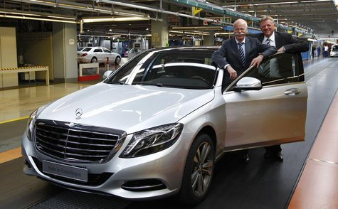 Dieter Zetsche (L), CEO of German carmaker Daimler, and Mercedes production boss Andreas Renschler pose with a new Mercedes-Benz S400 hybrid