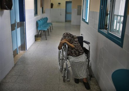 A wheelchair-bound Palestinian woman waits to undergo kidney dialysis at al-Shifa hospital in Gaza City September 12, 2013. REUTERS/Suhaib S