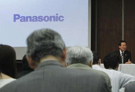 Panasonic Corp's President, Kazuhiro Tsuga (R), speaks during a news conference at the company's office in Tokyo March 28, 2013. REUTERS/Yuy