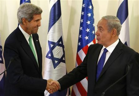U.S. Secretary of State John Kerry (L) shakes hands with Israel's Prime Minister Benjamin Netanyahu after speaking to the media at the prime minister's office in Jerusalem September 15, 2013. Kerry briefed Netanyahu on Sunday on a U.S.-Russian deal to remove Syria's chemical weapons, an accord that drew a guarded response from the Israeli leader.  REUTERS/Larry Downing