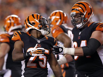 Cincinnati Bengals' Giovani Bernard (25) celebrates his touchdown against the Pittsburgh Steelers with teammate Kyle Cook during the first h