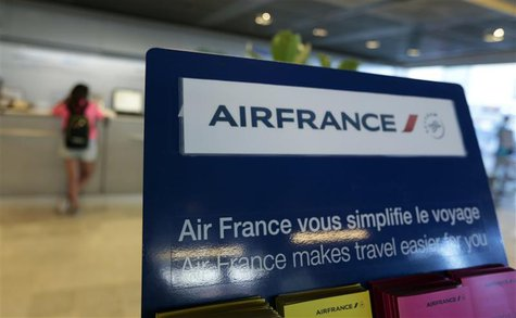 Passengers check-in at an Air France counter in Nice International airport in Nice July 31, 2013. REUTERS/Eric Gaillard