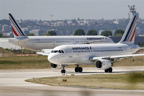 An Airbus A319 Air France passenger jet advances on the tarmac before taking off at Orly airport, near Paris, August 20 2013. REUTERS/Charle