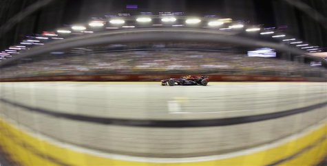 Red Bull Formula One driver Sebastian Vettel of Germany races during the Singapore Grand Prix September 22, 2013. REUTERS/Pablo Sanchez