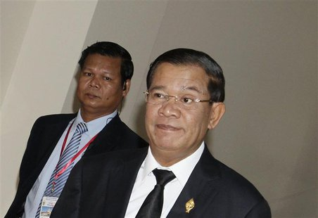 Prime Minister Hun Sen (R) arrives at the National Assembly for a meeting in central Phnom Penh September 24, 2013. REUTERS/Samrang Pring