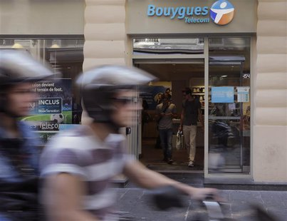 Customers are seen inside a Bouygues Telecom store in Paris August 28, 2013. REUTERS/Jacky Naegelen