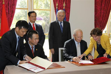 France's Prime Minister Jean-Marc Ayrault (R Rear) and Vietnam's Prime Minister Nguyen Tan Dung (L Rear) attend a protocol agreement signing