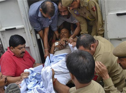 An injured policeman is rushed to a hospital for treatment, in Jammu September 26, 2013. REUTERS/Stringer