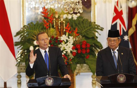 Australia's Prime Minister Tony Abbott speaks beside Indonesia's President Susilo Bambang Yudhoyono during a joint news conference at the Pr