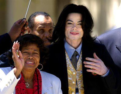 Michael Jackson departs the Santa Barbara County Courthouse with his mother Katherine (L) and father Joe (2nd L) after testimony in his chil