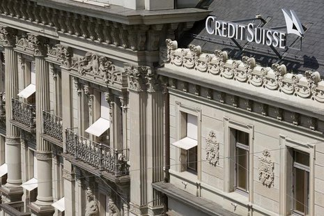 The logo of Swiss bank Credit Suisse is seen at his headquarters at the Paradeplatz square in Zurich July 25, 2013. REUTERS/Arnd Wiegmann