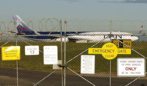 A LAN Chile passenger plane flying from Santiago lands at Sydney airport April 28, 2009. REUTERS/Tim Wimborne