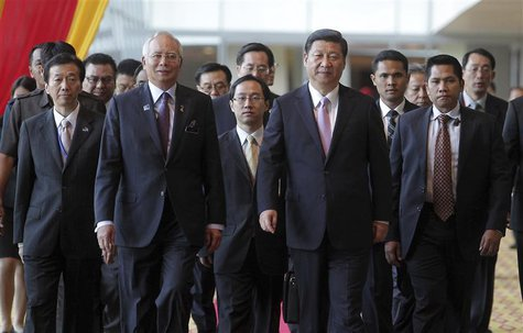 Malaysian Prime Minister Najib Razak (front, L) walks with Chinese President Xi Jinping (front, R) during the Malaysia China Economic Summit