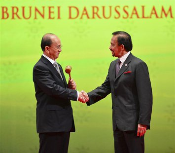 Myanmar's President Thein Sein (L), chairman of the next ASEAN Summit, shakes hand with Brunei's Sultan Hassanal Bolkiah after receiving the