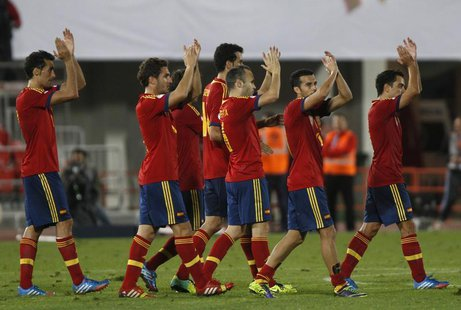 "Spain's players (L-R) Alvaro Arbeloa, Jorge Resurreci?n ""Koke"", Sergio Busquets, Andres Iniesta, Pedro Rodriguez and Xavi applaud to support"