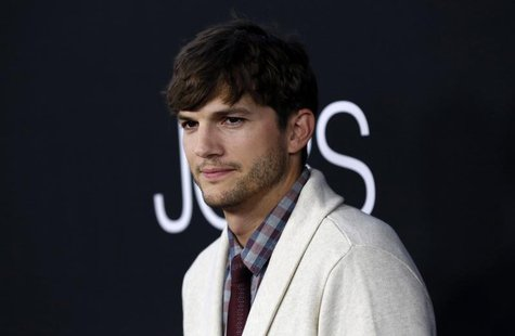 "Cast member Ashton Kutcher poses at the premiere of ""Jobs"" in Los Angeles, California August 13, 2013. REUTERS/Mario Anzuoni"