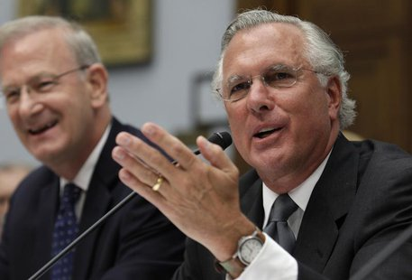 Federal Reserve Bank of Dallas President Richard Fisher (R) testifies alongside FDIC Vice Chair Thomas Hoenig before the House Financial Ser
