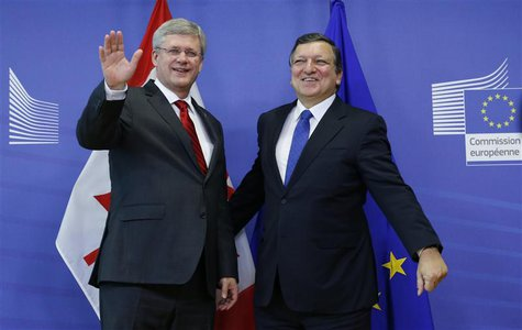 European Commission President Jose Manuel Barroso poses with Canadian Prime Minister Stephen Harper (L) ahead of a meeting at the EU Commiss