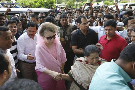 Bangladesh Nationalist Party (BNP) Chairperson Begum Khaleda Zia (in pink) arrives for a rally in Dhaka October 20, 2013. REUTERS/Andrew Bir