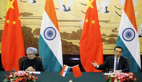 Chinese Premier Li Keqiang (R) speaks during a joint news conference with India's Prime Minister Manmohan Singh at the Great Hall of the Peo