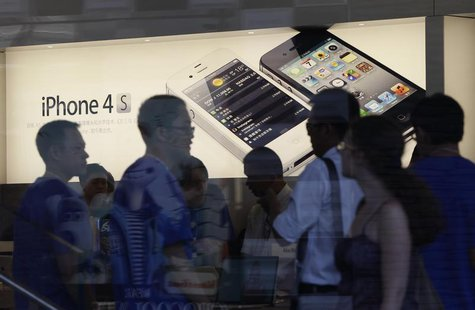Customers are seen at an Apple store in Beijing August 24, 2012. REUTERS/Jason Lee
