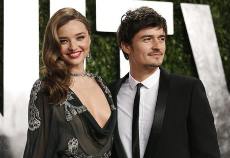 Orlando Bloom (R) and Miranda Kerr at the 2013 Vanity Fair Oscars Party in West Hollywood, California February 24, 2013. REUTERS/Danny Molos