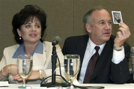 Patsy Ramsey and her husband, John Ramsey shows a photo their daughter JonBenet during a press conference in Atlanta, Georgia where they released the results of an independant lie detector test, May 24, 2000. REUTERS/stringer/files