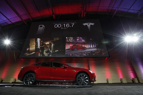Tesla Motors Inc demonstrates its new battery swapping program in Hawthorne, California June 20, 2013. REUTERS/Lucy Nicholson