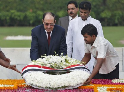 Iraqi Prime Minister Nuri al-Maliki (L) places a wreath at the Mahatma Gandhi memorial at Rajghat in New Delhi August 23, 2013. REUTERS/Ahma