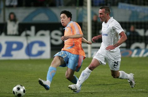 Olympique Marseille's Samir Nasri (L) challenges Fernando Ricksen of Zenit St. Petersburg during their UEFA Cup soccer match at the Velodrom