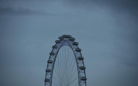 The London Eye is seen at dawn in central London October 21, 2013. REUTERS/Toby Melville