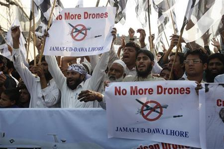 Supporters of the Jamaat-ud-Dawa Islamic organization hold placards and party flags as they shout slogans during a protest, against U.S. drone attacks in the Pakistani tribal region, in Lahore November 1, 2013. Credit: Reuters/Mohsin Raza