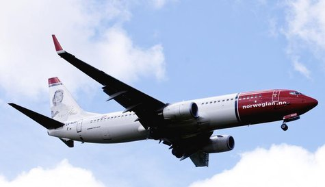 A Norwegian Air Shuttle Boeing 737-800 is seen in the air near Oslo Airport, Gardermoen in this July 17, 2009 file photo. REUTERS/Kyrre Lien
