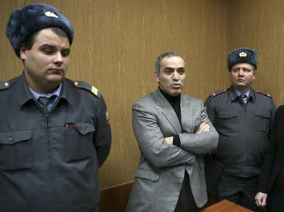 Opposition leader Garry Kasparov (C) speaks during a court hearing after he was detained during Saturday's opposition march in Moscow Novemb