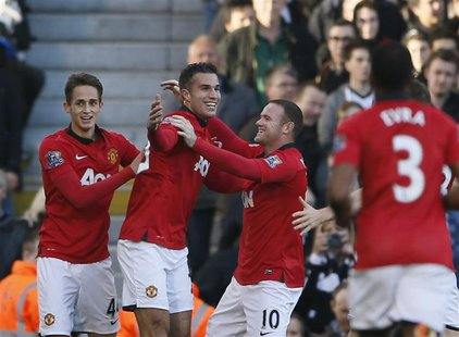 Manchester United's Robin Van Persie (L) celebrates with team-mate Wayne Rooney (R) after scoring a goal against Fulham during their English